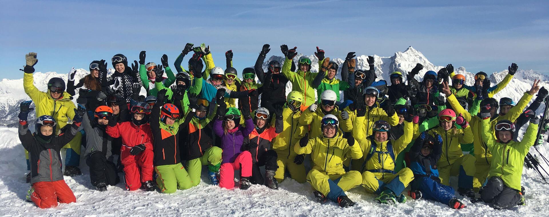 Freudiges Gruppenfoto im Schnee