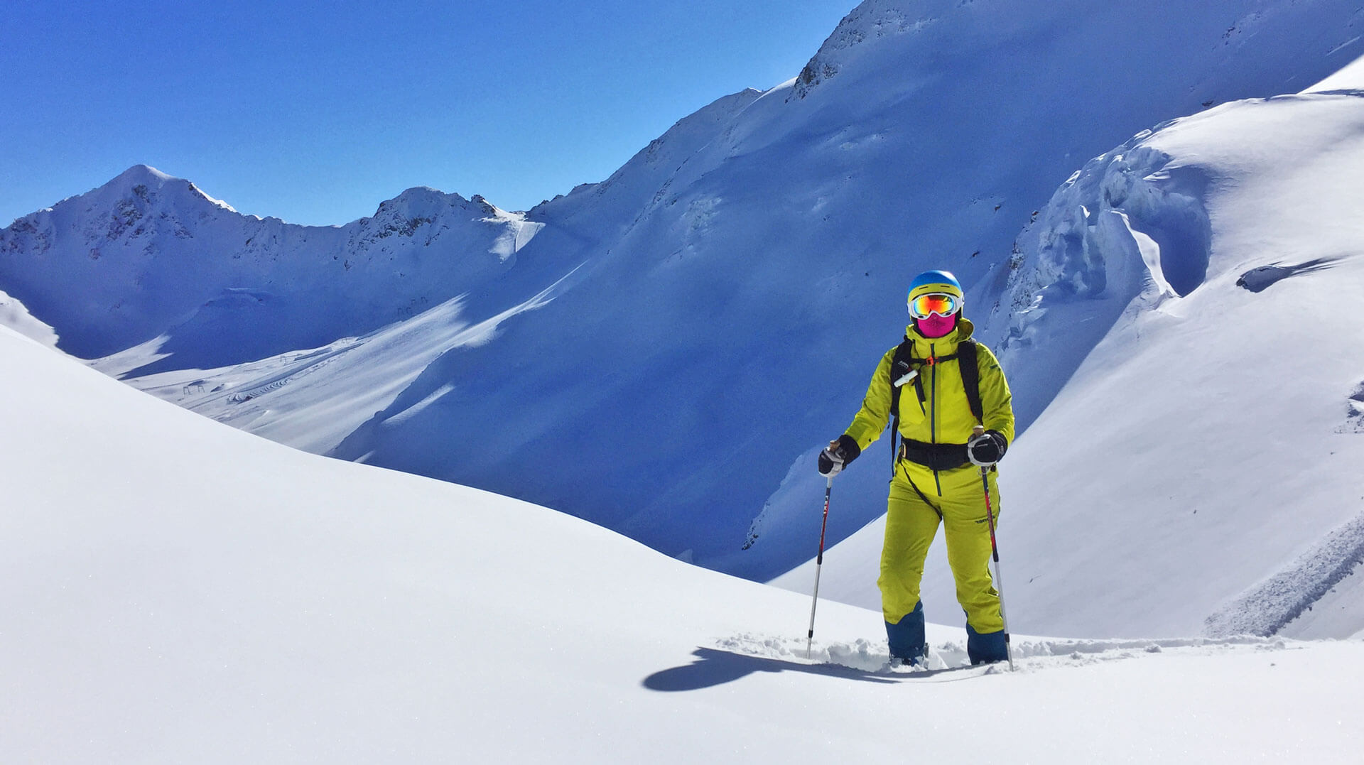 Skifahrer vor verschneiten Bergen