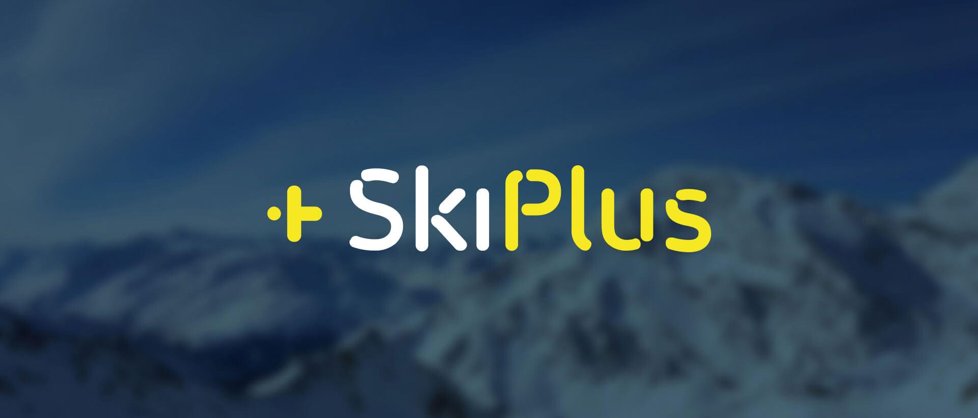 SkiPlus Logo mit verschwommenen Bergen im Hintergrund